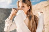 krásná blondýnka s bílou šálu na písečné duně