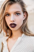 sötét rúzs vonzó szőke nő portréja