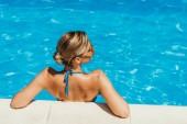 zadní pohled na dívky v plavkách a žluté brýle relaxační bazén