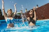 Fotografie multikulturní mladice v bazénu