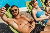 ember vesz selfie lányokkal, napozhatnak a medence melletti napozóágyak