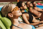 napszemüveg, napozóterasz, napozóágyak a medencénél, szelektív összpontosít a többnemzetiségű meg