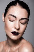 Fotografie atraktivní stylová holka s černými rty a mokrý obličej, izolované Grey