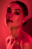 portrét atraktivní mladé nahé ženy, červená tónovaný obrázek
