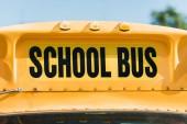 Fotografie Nahaufnahme der Schulbus Inschrift über Frontscheibe des Busses erschossen