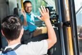 Fotografie zadní pohled na školák mává happy bus řidiče při zadávání autobus