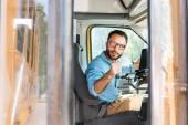 Fotografie řidič školního autobusu ztrácí dveře s pákou a ohlédnutí