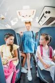 Fotografie Gruppe von Grundschulkind Schulmädchen Reiten auf Schulbus