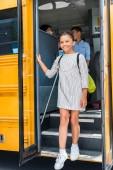 Fotografie happy scholars going out of school bus