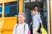 rozkošný učenci z školní autobus
