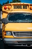 Fotografia scuolabus giallo americano tradizionale sul parcheggio