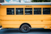Fotografie Seitenansicht des geparkten leer Schulbus