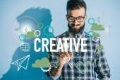 Fényképek sikeres üzletember, kockás ing, mutatva kreatív ikonok
