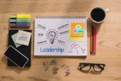 Fotografia vista superiore dellufficio forniture, sticky notes con idee di leadership