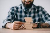 Fotografia vista potata delluomo felice giocare gioco di Torre di legno