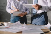 oříznutý pohled podnikatelé v oblasti formálního oblečení, práci s dokumenty a digitální tablet