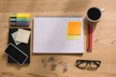 pohled shora na kancelářské potřeby, rychlé poznámky, smartphone, sponky, Poznámkový blok a šálek kávy
