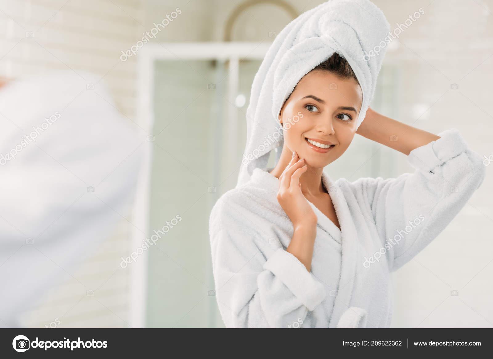 Szép Mosolygó Fiatal Fürdőköpeny Törölköző Fejét Nézte Fürdőszoba Tükör —  Stock Fotó d2cac025b8