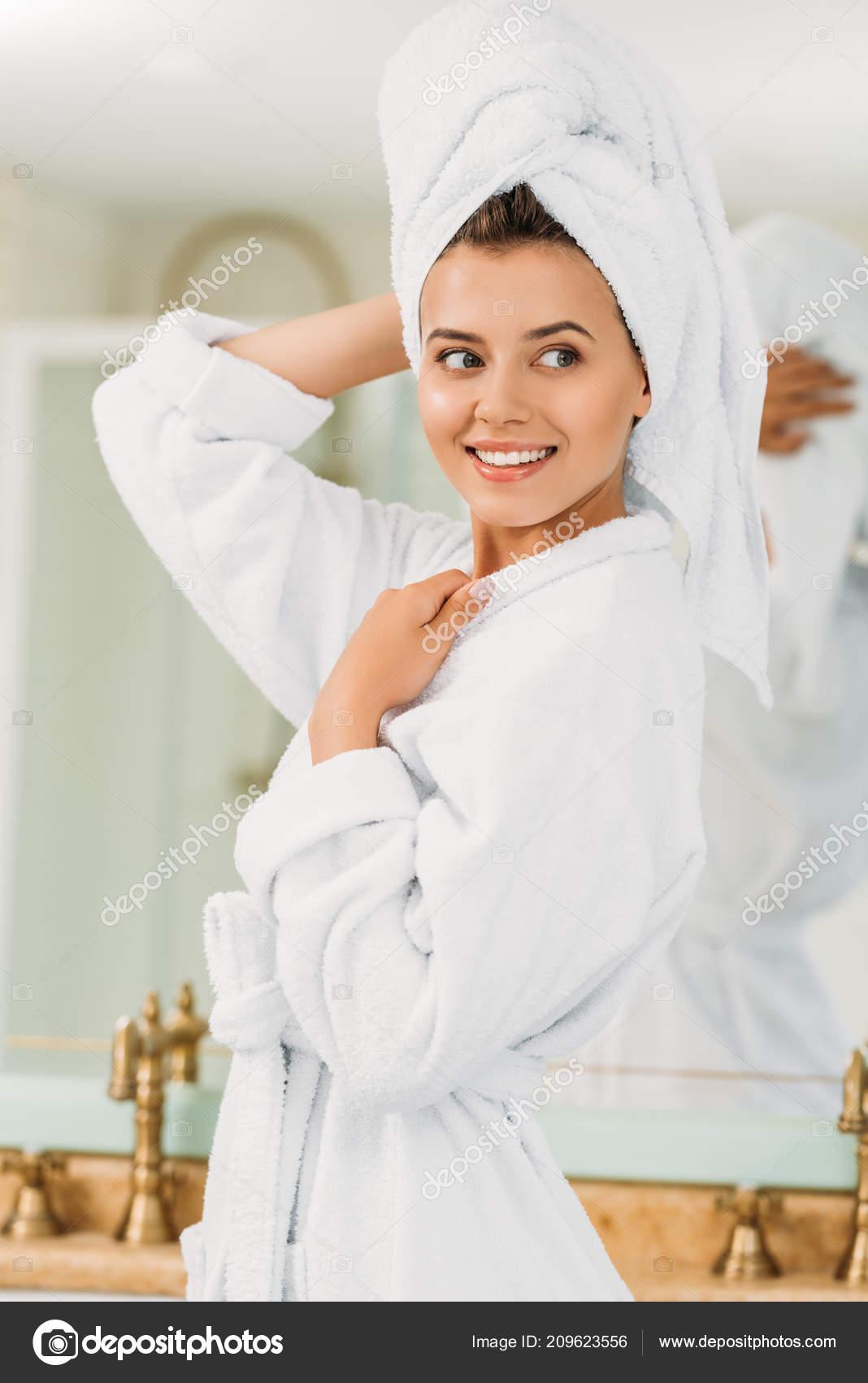 Fürdőköpeny Törölköző Keres Fürdőszoba Fején Szép Mosolygó Lány ... 0ea0afcb8d