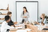 multikulturní obchodní tým o nové strategii a myšlenky na schůzce v kanceláři