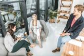 Fényképek többnemzetiségű üzletember és üzletasszony-pihenő, miközben kávét alkalom-ban Hivatal