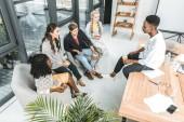 Fotografie mnohonárodnostní skupiny mladých obchodních spolupracovníků s přestávka na kávu v kanceláři