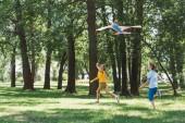roztomilý šťastné děti hrají s barevnými draka v parku