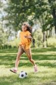 imádnivaló mosolygó gyermek, játék a futball-labda park