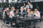 mnohonárodnostní obchodních partnerů s setkání u stolu v moderní kanceláři