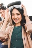 Fotografie multiethnische Geschäftspartner mit virtual-Reality-Headsets am Tisch mit Laptops in modernen Büro