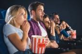 Fotografie strach přátelé mnohonárodnostní s popcorn sledovat film v kině