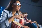 Fotografie lächelnd Asiatin in 3d Brille mit Popcorn-Film im Kino