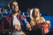 Fotografie Veselý pár s popcorn a limonádu skleničku sledovat film v kině
