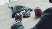 Oříznout záběr naštvaný podnikatel ke spouštění konferenční telefon a dělat pěsti v kanceláři