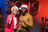 americký podnikatel a kavkazské obchodnice na novoroční firemní večírek