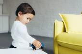 Fotografie Rozkošné dítě hraje s autíčko doma