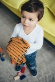Fotografia ragazzino che gioca con il guanto da baseball