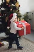 batole v santa čepice s dárkové krabice vánoční stromeček