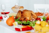 Photo selective  focus of baked turkey on served table for thanksgiving dinner