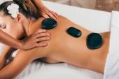 krásná mladá žena s kamenné terapie ve spa salonu