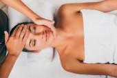 Fotografie masáž obličeje relaxační a mají nádherná žena ve spa salonu