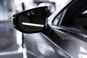 Fotografie zblízka pohled luxusní lesklé auto v auto salon