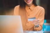 körülvágott kép elegáns nő ezt a laptop a város utcai kávézó asztal online vásárlás bankkártyával