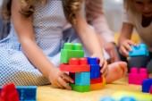 Oříznout obrázek děti hrají s plastové barevné konstruktor ve školce