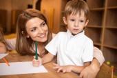 usmíval se pedagog pÛdû rozkošný chlapec u stolu ve školce