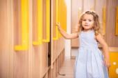 imádnivaló kid megnyitása locker óvoda ruhatár és látszó-on fényképezőgép mosolyogva