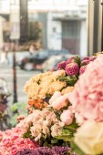Fotografie beautiful yellow roses and chrysanthemums at flower shop
