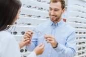 částečný pohled ženské optik dát šťastný muž v optice brýle