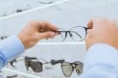 oříznutý pohled osoby, brýle z police v optica