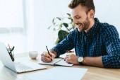 Fotografie lächelnde Geschäftsmann Teilnahme Webinar auf Tischplatte mit Laptop im Büro